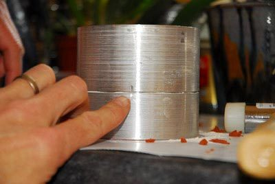 Line up the two marks on the aluminum mould rings.