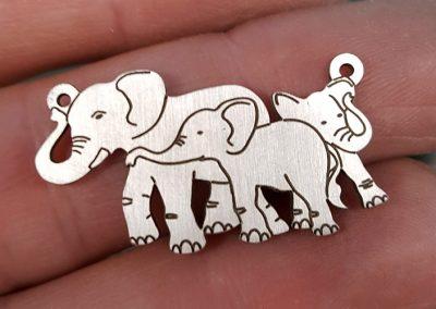 silver-family-of-elephants-pendant